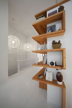 Eckregal ikea eckregal selber bauen eckregal holz eckregal wohnzimmer kreative w. Diy Furniture, Furniture Design, Simple Furniture, Furniture Plans, Diy Casa, Attic Renovation, Corner Shelves, Deco Design, Floating Shelves