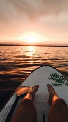 aesthetic beach picture with sunset and surf board photography summer Beach Aesthetic, Summer Aesthetic, Travel Aesthetic, Aesthetic Outfit, Aesthetic Girl, Aesthetic Pastel, Aesthetic Collage, Aesthetic Backgrounds, Aesthetic Wallpapers