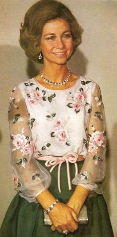 Queen Sofia of Spain Greek Royalty, Queen Sophia, Estilo Real, Spanish Royal Family, Queen Dress, Royal Jewels, Royal Weddings, Royal Fashion, Beautiful Gowns
