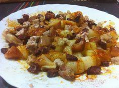 Dauets de patata amb orella de porc, botifarra negra i botifarra del Perol amb oli i pebre vermell