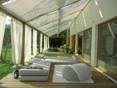Bodenlange Vorhänge als Sichtschutz-Sonnenschutz für Terrasse-Lounge-Einrichtung