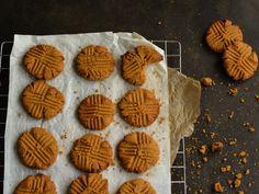 Μπισκότα με φυστικοβούτυρο New Recipes, Nutella, Carrots, Cookies, Eat, Desserts, Food, Cupcakes, Kitchen