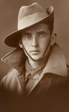 Unknown Aussie soldier, WWI, from the Australian War Memorial collection. He has piercing eyes; very handsome. Love this portrait World War One, First World, Vintage Photographs, Historical Photos, Belle Photo, Alter, Old Photos, Vintage Men, Beautiful Men