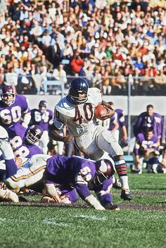 Chicago Bears Gale Sayers in action rushing vs Minnesota Vikings Bloomington MN CREDIT John G Zimmerman Equipo Minnesota Vikings, Minnesota Vikings Football, Cincinnati Bengals, Indianapolis Colts, Nfl Football Players, Bears Football, Football Pics, Legends Football, Football Images