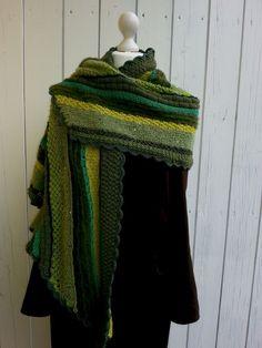 Ich stricke gerne mal nach Anleitung, aber am liebsten lasse ich mich von der Wolle und den Farben direkt aus meinem Wollkorb inspirieren. Als ich diese Kombination sah, hatte ich gleich eine Idee.…