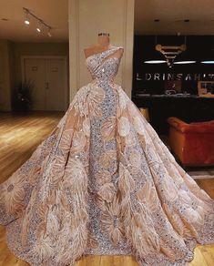 Na obrázku môže byť: jedna osoba alebo viacerí ľudia a interiér Ball gowns Ball Dresses, Bridal Dresses, Prom Dresses, Formal Dresses, Sexy Dresses, Summer Dresses, Floral Wedding, Wedding Dress Bustle, Casual Dresses
