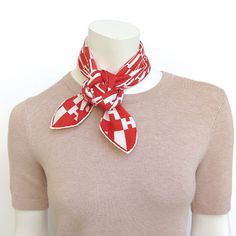 MaiTai's Picture Book: Camélia knot tutorial Ways To Tie Scarves, Short Scarves, Ways To Wear A Scarf, How To Wear Scarves, Neck Scarves, Scarf Wearing Styles, Scarf Styles, Scarf Knots, Diy Scarf