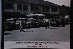 Pangkalan bis & taksi di Tanjungpinang, Kepulauan Riau, 21 April 1953