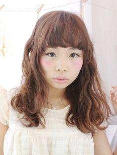 http://beauty.rakuten.co.jp/hs0119511/ 【外人風☆無造作カール】 波打つウェーブでボリューム感のあるシルエットに眉上のショートバングが可愛さの決め手。全体に空気感を入れ顔周りの動きを作るのがコツ。カラーはショコラブラウンで温かみのある優しい印象に。