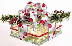 Bloques de vidrio decorados, es muy fácil hacerlos y lucen espectaculares! Puedes decorarlos con pintura acrílica o simplemente conseguir un dibujo navideño en vinil y pegarlo al bloque. – Bloque de vidrio – Imagen navideña en vinil – Cinta gruesa dorada o plateada – Luces navideñas blancas Paso a paso: 1. Limpia bien con un …