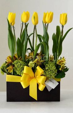 Get arreglos con tulipanes HD Wallpaper [] Yellow Flower Arrangements, Creative Flower Arrangements, Easter Flowers, Spring Flowers, Flowers Garden, Office Deco, Decoration Plante, Deco Floral, Ikebana
