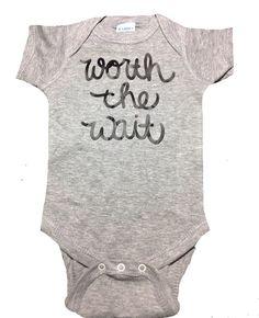 Cette annonce bébé ou un Body ou un cache-couche maison va dit: « la peine d'attendre. » Il y a beaucoup de couleurs disponibles, ce qui rend il
