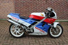 Honda - VFR 400 R - NC24 - 1987  Type: NC24VIN: NC2410008910NL kenteken: MH-BD-70Datum eerste toelating 01-07-1987Km stand: 33650 km400ccV4 cylinder43 Kw185kgDe Honda ziet er nog erg mooi uit. Zaken als ketting tandwielen en remmen zij nog in goede staat.Zoals hij eruit ziet zo is hij ook er mankeert weinig aan.De motor rijdt remt en schakelt goed zonder mankementen.Maar heeft 5 jaar droog en verwarmd gestald stil gestaan.Dus zal opnieuw opgestart moeten worden met een nieuwe accu en…