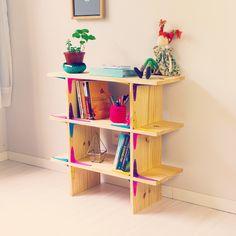 DIY - Estante Modular Faça uma estante de madeira super fácil e linda, com materiais bem acessíveis. O mais legal é que você ainda pode customizar ela é deixar com o tamanho e cor que preferir!! Aprenda como em: www.youtube.com/diycore