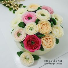 <thesole's blossom> Ranunculus & English Rose❤️블러썸 2호입니다.^^ -Made by inyeong #cake#cakedesign#flowercake#buttercream#buttercreamflowercake#koreanbuttercream#koreanflowercake#thesolecake#class#privatelesson#ranunculus#rose#gift#birthday#wedding#더쏠케이크#꽃케이크#플라워케이크#버터크림#버터크림플라워케이크#웨딩#선물#기념일#특별한#개인레슨#클래스#수제케이크