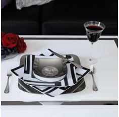 """Cristalería de 48 piezas con grabado diseñado por Donatella Versace compuesta por: 12 copas de agua, 12 copas de vino tinto, 12 copas de vino blanco y 12 copas de champagne. La """"luz de la vida"""" inspira el decorado de la hoja trepadora, tan de moda en las últimas creaciones de la firma italiana."""