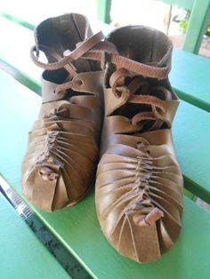 CELTIC LEATHER SHOES Halstatt Viking Dress, Viking Costume, Viking Shoes, Celtic Clothing, Hallstatt, Fairy Shoes, Landsknecht, Leather Projects, Historical Clothing