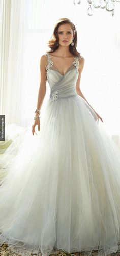 What an incredible wedding dress *___*