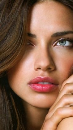 Adriana Lima natural makeup for green eyes