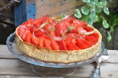 En ce beau dimanche ensoleillé du mois de juin....(si si, il y a eu un petit rayon de soleil)....je vous propose cette jolie tarte aux fraises réalisée pour la fête des mères. Sur une pâte sablée croustillante à la farine d'épeautre et à la noisette,...