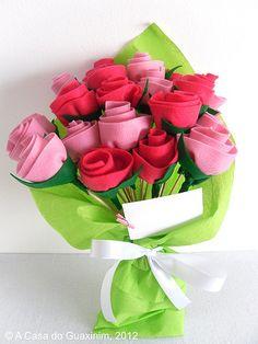 Felt Rose Bouquet Inspiration * No instructions available. Felt Flower Bouquet, Felt Flowers, Diy Flowers, Fabric Flowers, Paper Flowers, Boquet, Tulip Bouquet, Rose Bouquet, Kids Crafts