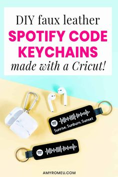 Diy Keyring, Keychains, Diy Vinyl Projects, Craft Projects, Leather Keychain, Leather Earrings, Leather Jewelry, Cricut Tutorials, Cricut Ideas