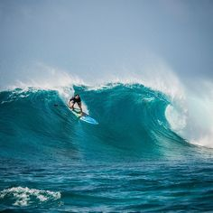 Beau mixing it up and back on his SUP for a session at Sultans. #surf #suping#surfing #mynikonlife #maldives #fourseasonsmaldives #tropicsurf @tropicsurf @tskudahurra @beau_nixon @fsmaldives #joliphotos