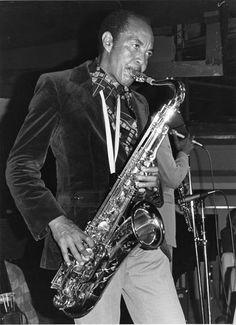 Harold Land. Harold de Vance Land (18 de diciembre de 1928 – 27 de julio de 2001) fue un saxofonista tenor de jazz de origen estadounidense.