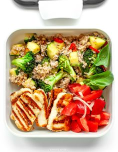 Zestaw lunchowy z grillowanym serem halloumi - Recipes - Bento Ideas Halloumi, Weekday Meals, Bruschetta, Healthy Recipes, Healthy Meals, Healthy Food, Food Porn, Good Food, Lunch Box
