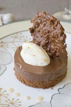 Crémeux au chocolat sur biscuit chocolat, quenelle de glace vanille, tuile de croustillant et sauce crémeuse au café