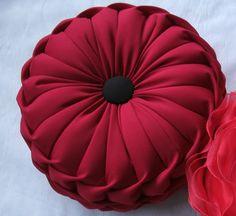 Almofada redonda,enchimento fibra siliconizada, mais ou menos 38 cm de diametro, com botao no centro.Podem ser feitas em cetim ou oxford, na cor de sua preferência. Smocking Tutorial, Smocking Patterns, Pillow Tutorial, Pillow Crafts, Diy Pillows, Throw Pillows, Diy Cushion, Wedding Gift Wrapping, Round Pillow