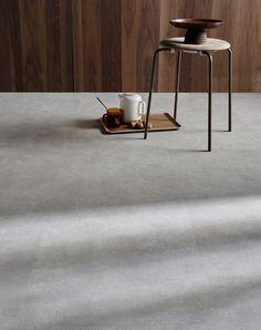 Ben jij ook zo'n fan van de betonlook? Deze PVC vloer van vtwonen is bijna niet van echt beton te onderscheiden, maar is natuurlijk een stuk comfortabeler. Erg mooi voor in de woonkamer of de keuken. Of je nu gaat voor een landelijke woonstijl, industrieel, modern of design, deze betonvloer past bij vele interieurs! Interior Design Inspiration, New Homes, Stairs, House Design, Flooring, Living Room, Table, Furniture, Home Decor