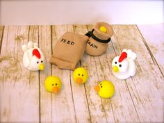 Chicken SET w/ Chicks & Feed - fondant - made by my friend Brittany… Edible Cupcake Toppers, Fondant Toppers, Fondant Cakes, Cupcake Ideas, Barnyard Cake, Farm Cake, 3rd Birthday Cakes, Pig Birthday, Biscuit