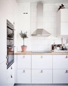 Liesituulettimen viereen ei ole pakko laittaa kaappia, ikkunaan asti voisi olla tyhjää Gorgeous white kitchen via @stadshem