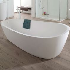 This stunning solid surface bathtub is the ultimate in bathroom luxury. Art Deco Bathroom, Diy Bathroom Decor, Bathroom Styling, Bathroom Furniture, Small Bathroom, Shower Taps, Relax, Diy Home, Diy Bathroom Remodel
