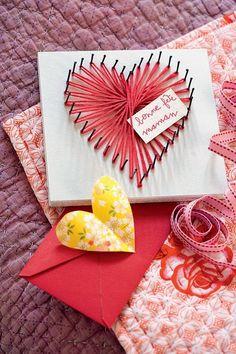 Un joli tableau avec de la laine rose et quelques clous