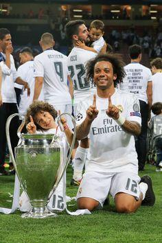 Marcelo y su hijo posan con la copa de la Champions League 2016. Patrocinado por: granfutbol.com