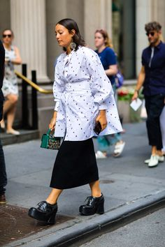 More of the Best Street-Style Looks From New York Fashion Week New York Fashion Week Street Style, Nyfw Street Style, Street Style Summer, Street Look, Cool Street Fashion, Casual Street Style, Street Style Looks, Paris Fashion, Street Chic