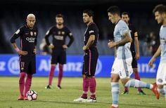 Neymar y Suárez en el centro del campo para hacer el saque tras el gol del Celta.