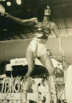 frida - showing off on stage