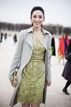 Fotos de street style en Paris Fashion Week: vestido de noche con gabardina