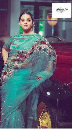 Pinterest • @bhavi91 Desi Wedding Dresses, Indian Wedding Outfits, Indian Outfits, Saree Blouse Patterns, Sari Blouse Designs, Organza Saree, Chiffon Saree, Beautiful Saree, Beautiful Dresses