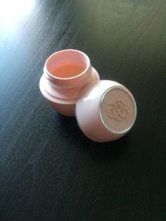 Wat gebruik jij tegen o.a. schrale lippen / plekken, schaafwonden, insecten beten en littekens? Ik gebruik de Tender Care oftewel Wonderpotje van Oriflame. Het potje bestaat uit een samenstelling van bijenwas en plantaardige oliën. Verkrijgbaar in verschillende geuren: naturel, honing, rozen en blackcurrant. Voor meer informatie kijk dan op nl.oriflame.nl, bestellen kan via mij. #Tendercare #wonderpotje #verzorging #drogehuid #lippen #gezicht #nagelriemen #oriflame #helptecht #koophetnu