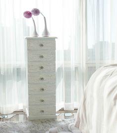Un turbinio di romanticismo e delicatezza. Rendi unici gli angoli della tua camera da letto.  Linea Blanc, Bizzotto.
