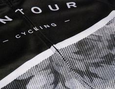 LE MAILLOT DE LA SEMAINE #84 La marque : Contour Cycle Club Le modèle : Tête de la course La provenance : États-Unis L'atout : La sobriété noire et blanche du floral