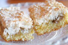 Rabarbrakake med kokosmarengs Rhubarb Recipes, Bread And Pastries, Sweet Cakes, Yummy Cakes, Vanilla Cake, Scones, Granola, Cupcake Cakes, Cupcakes