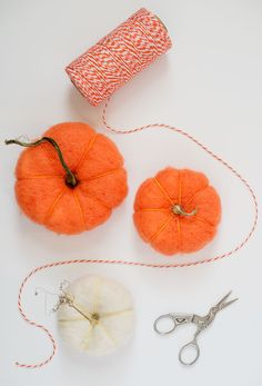 DIY felt pumpkins (A great project for first-time needle felting! Diy Arts And Crafts, Crafts To Do, Felt Crafts, Diy Crafts, Autumn Crafts, Holiday Crafts, Fall Halloween, Halloween Crafts, Idee Diy