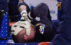 El arquero del Barcelona, Víctor Valdés, se tapa el rostro tras sufrir una lesión en un partido contra Celta de Vigo el miércoles, 26 de mar...