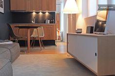 Appartement à Lille, France. L'appartement ne donne pas sur la rue et est donc très calme à toute heure. Très lumineux, orienté sud. Accés internet très haut débit (fibre), wifi, tv hd et Netflix disponibles gratuitement. Enceinte bluetooth pour smartphone.  Cuisine équipée, ...