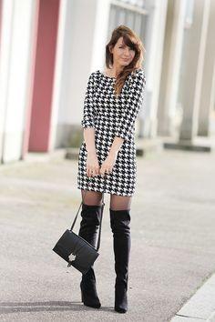Black & white outfit, tenue noir et blanc.  Cuissardes, robe pied de poule et sac pochette à tête de félin Naf Naf noir.